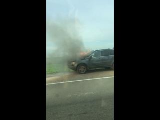 Московское шоссе, поворот на Никольское,горит машина. актуально на 18:20. Фото на нашем портале.