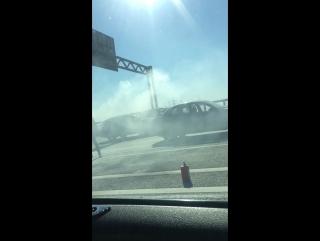 В 9:07 горит авто на съезде на Софийскую с Кад в сторону Московского Шоссе. Все дружно прогуди тушит...