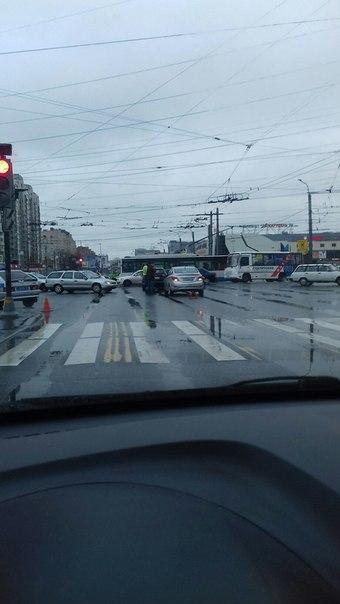 Solaris догнал Киа на перекрёстке Испытателей и Колрмяжского проспекта