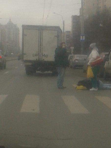 На Луначарского 36 только что сбили женщину. Она шла по пешеходному переходу на зеленый свет.