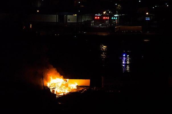 Сильное возгорание на территории автостоянки Софийская 61-63 напротив овощебазы, горит нечто похожее...