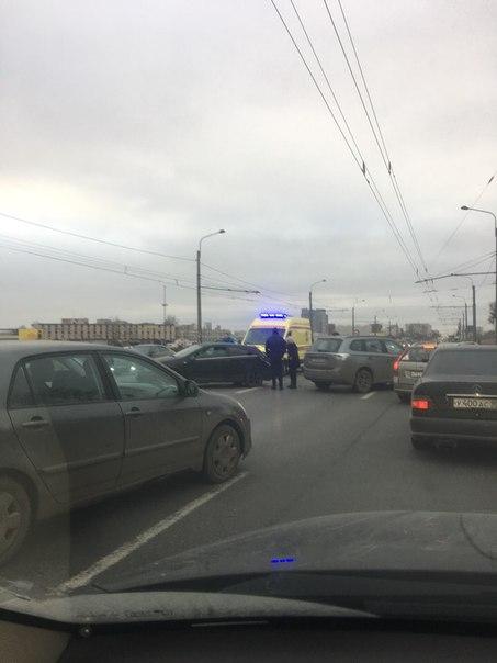 Хет-трик на пр. Маршала Жукова в направлении к Жуковскому мосту. Перекрыты все полосы кроме крайней ...