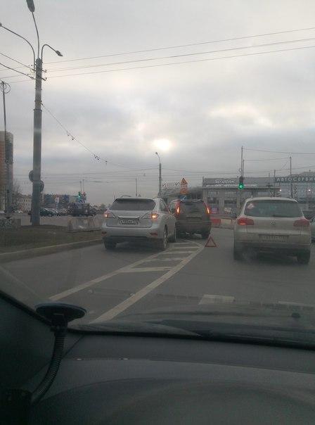 Встреча Ниссана и Тойоты на углу Сизова и Богатырского. Занимают левый ряд, проезду особо не мешают.