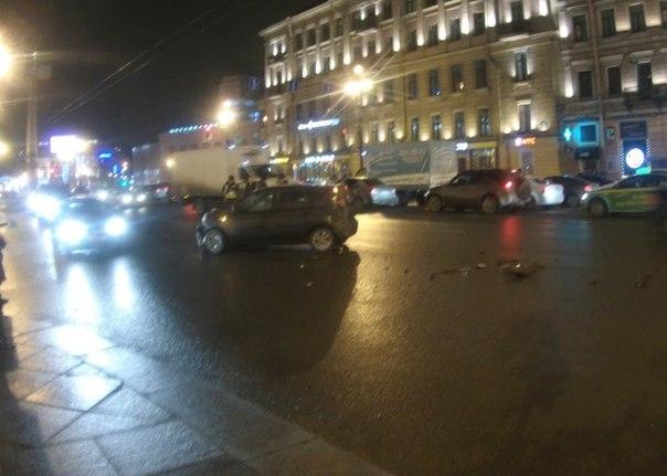 ДТП на улице Восстания у Стокманна, Енот протаранил Аутлендер. Аут - нет двери, порога, крыла, капот...