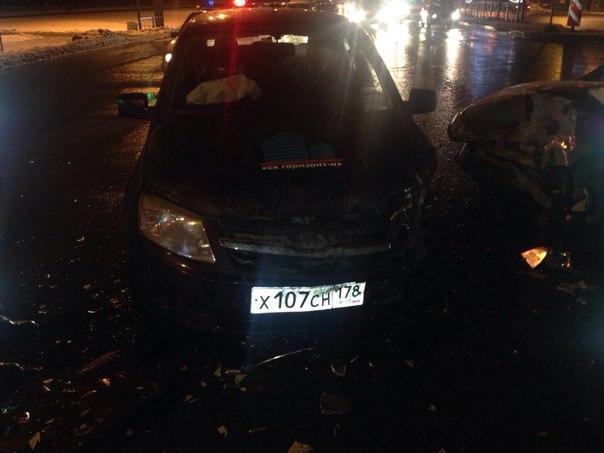 На перекрёстке проспекта Славы и Софийской улицы, автомобиль ВАЗ 2114 разбился об автомобиль LADA Gr...