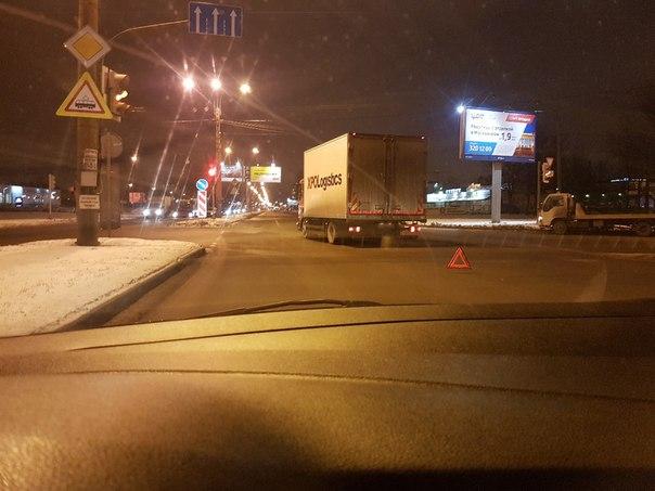 Logan подкрался в мертвой зоне к грузовику на Руставели в сторону Суздальского проспекта. ДПС еще...