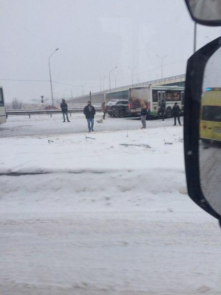 На Киевском шоссе, перед Волхонским, побились три автобуса и легковым досталось,