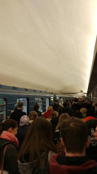 На красной ветке в 13:00 выгнали всех из поезда на ст.метро Балтийская,после этого пошла информация ...