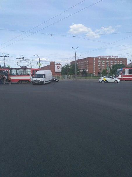 Бусик не успел проскочить перед трамваем на перекрёстке Фучика и Бухарестской
