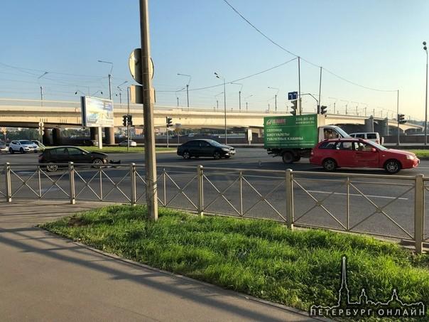 Перекресток Малоохтинской наб. и заезда на мост Александра Невского. Кто кого не пропустил?)