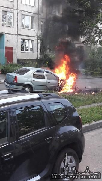 На Бестужевской горит Renault Logan