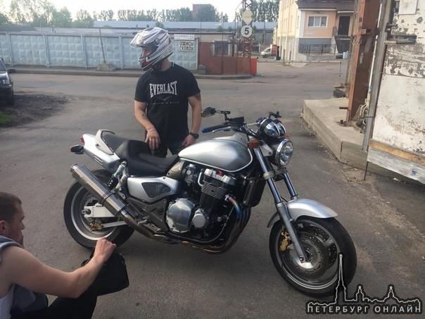 В ночь с 2 на 3 ноября в Волосовском районе Лен.Обл. был взломан гараж и угнан мотоцикл Honda X4.