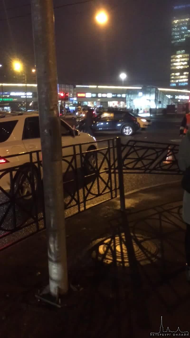 У станции метро Беговая разложились ребята