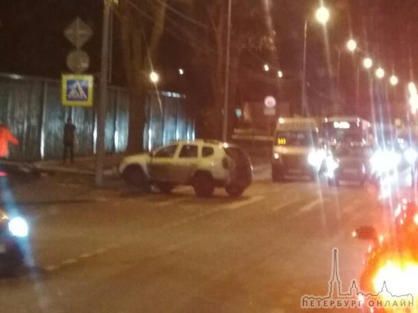 В результате дтп на перекрестке Санкт-Петербургского шоссе и Красносельского шоссе, белый Дастер сби...