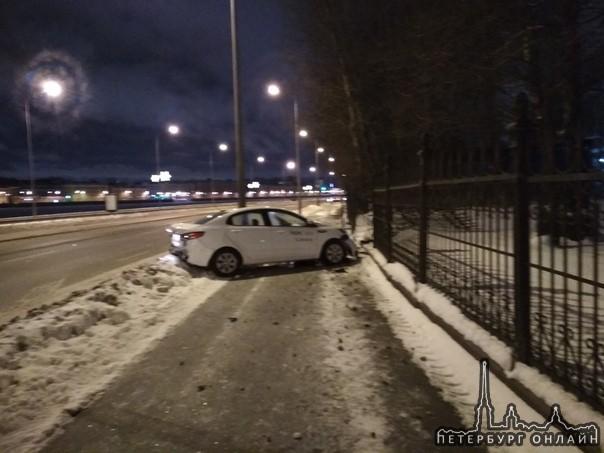 Киа всмятку, водитель легкой походкой пошел гулять по ночному Питеру. Свердловская набережная.
