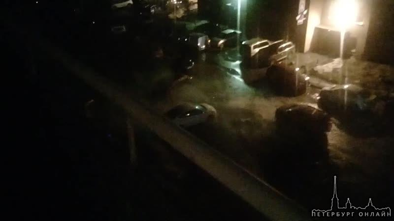 Будапештская 72. Бьёт фонтан кипятка-убирайте машины. МЧС на месте.