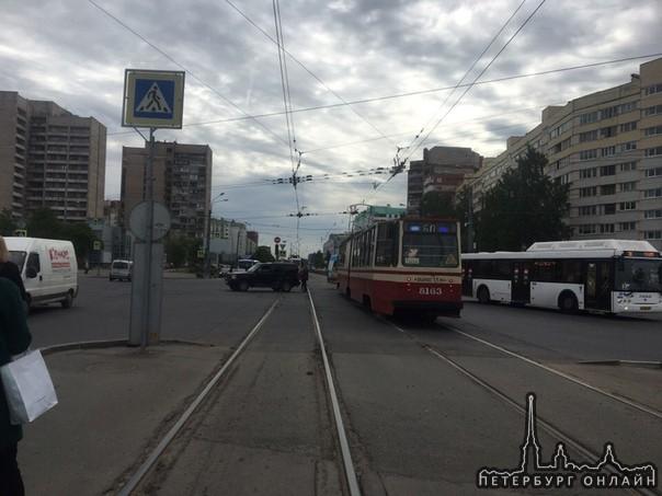 Угадайте, кто такой молодец и врезался в трамвай на перекрестке Маршала Жукова?