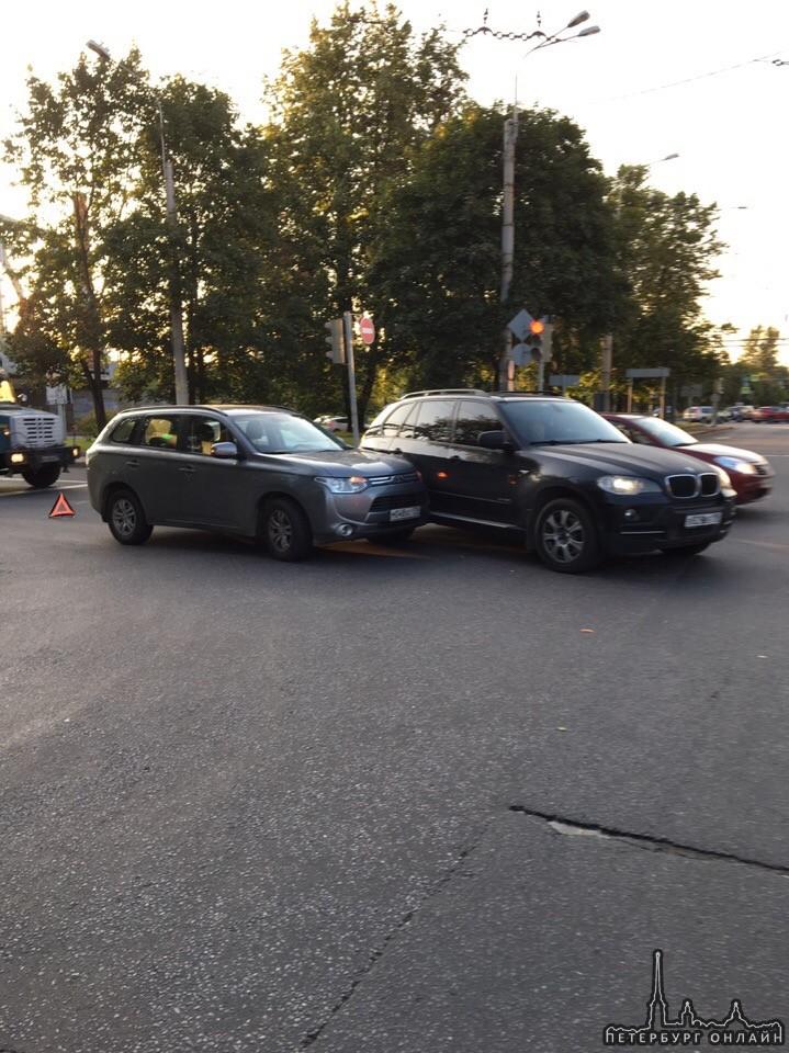 Встали на пересечении Чугунной и Литовской улицы