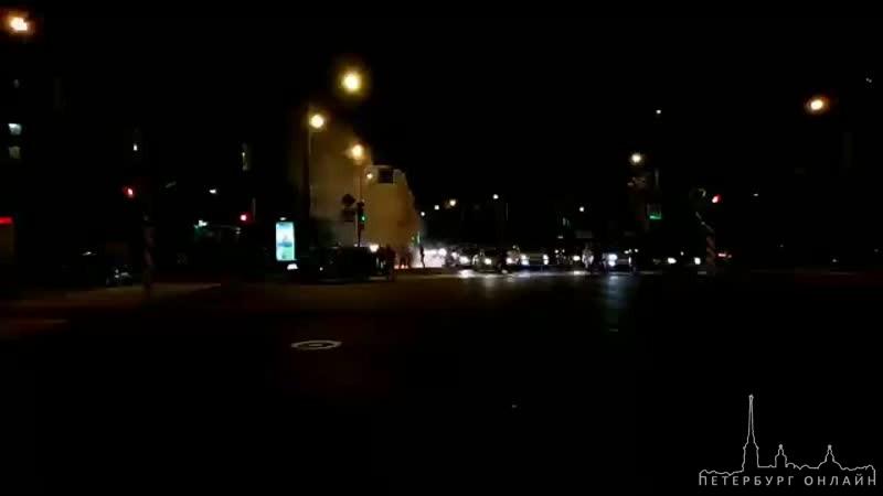 Горит автомобиль каршеритнга на пересечении Пискаревского и Металлистов. Потушили водой из миксера
