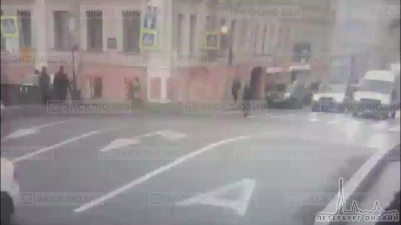 На тротуаре у перекрестка Гороховой и наб.кан. Грибоедова насмерть сбили пешехода, предположительно...