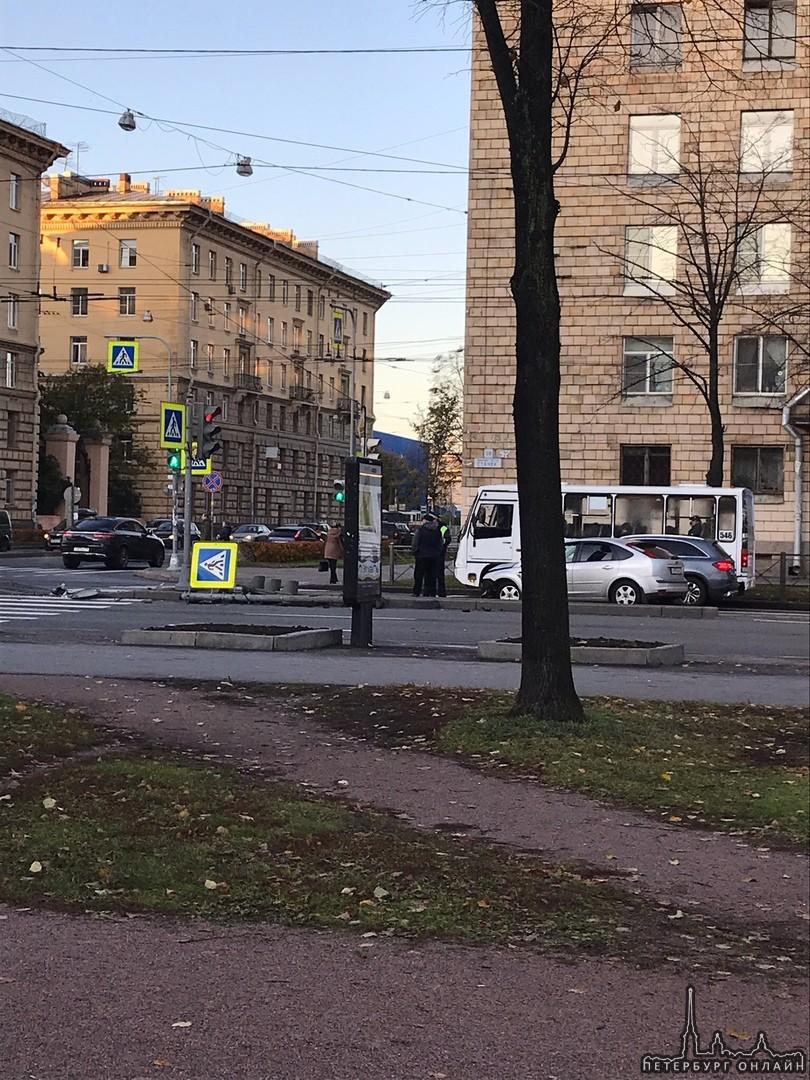 Фокус сломал светофор на перекрестке Стачек и Зенитчиков.