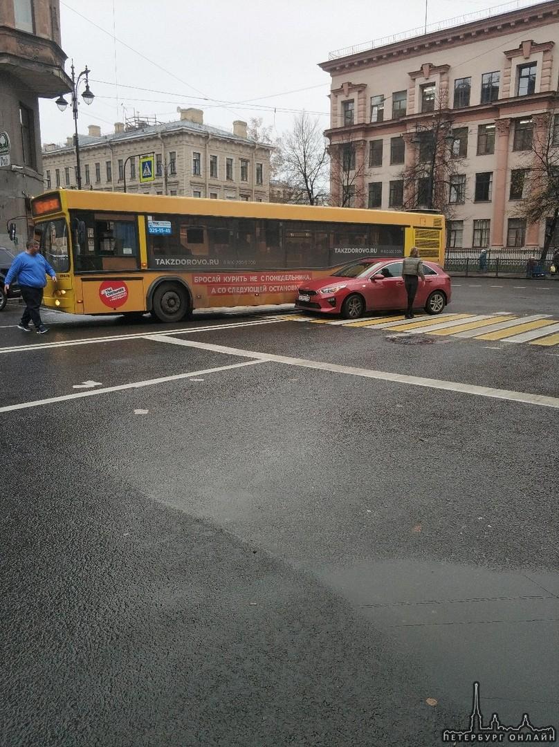 Блондинка на красной Киа не поделила дорогу со 105 автобусом , поворачивая с улицы Восстания на Кир...
