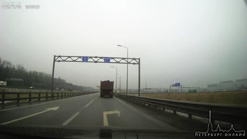 По словам водителя у КамАЗа отказали тормоза и он на скорости вошел в поворот с внешней стороны КА...