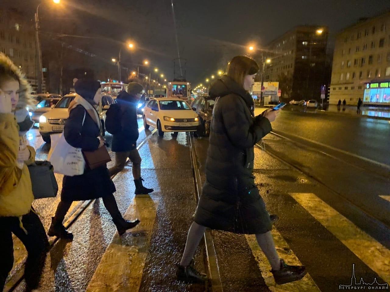 Стоят все трамваи на Дальневосточном и Народной в обе стороны , Из-за двух молодцов на путях.