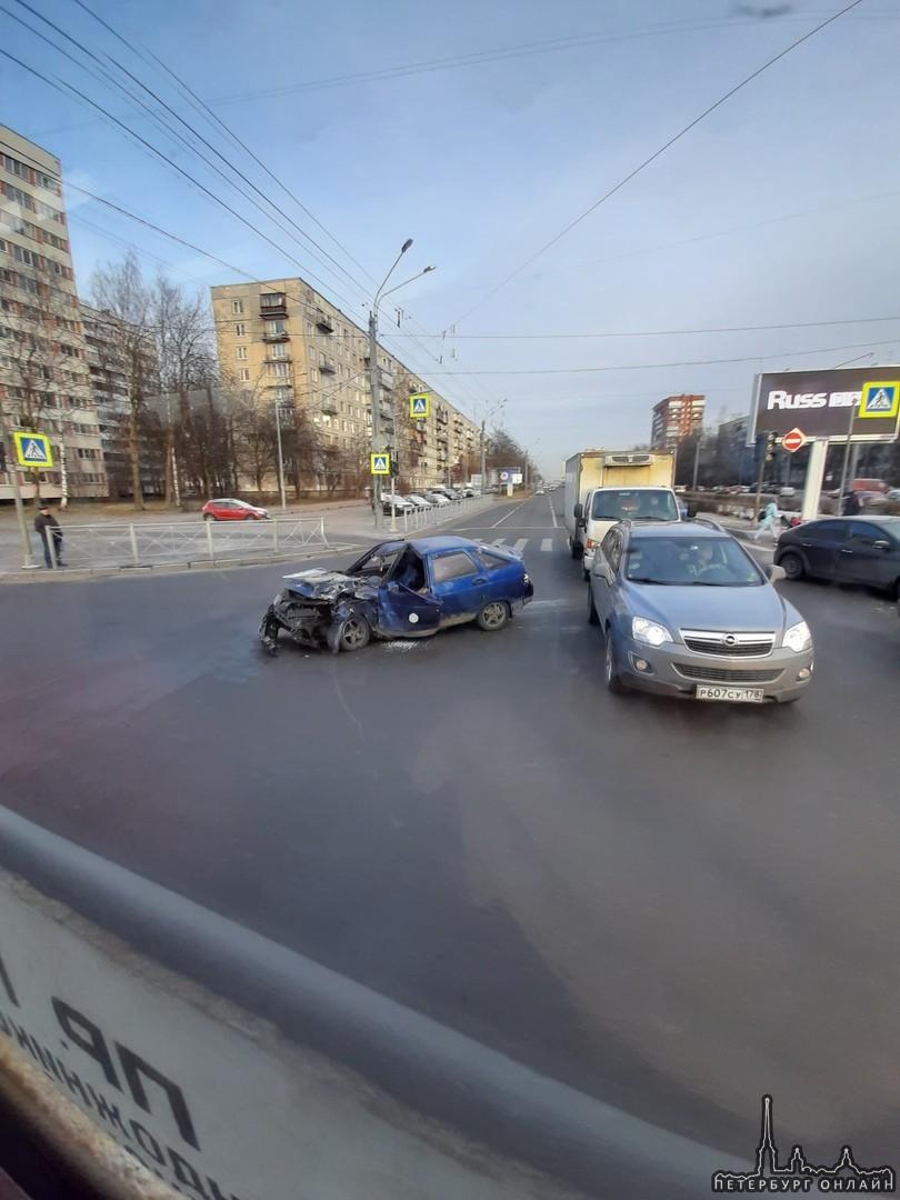 На пересечении Луначарского и Светлановского ДТП с участием Внедорожника и ВАЗ-2112. Служб нет.