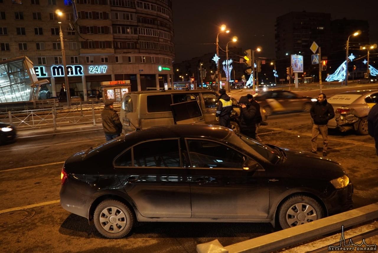 Серьезное ДТП на пересечении Бухарестской и Славы.
