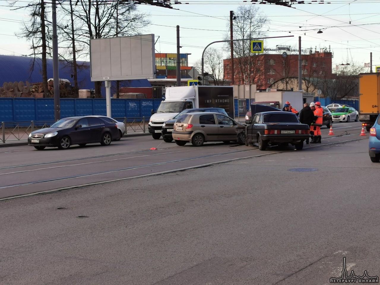 Жигули и Гетц столкнулись на Новороссийской улице трамваи встали в обе стороны
