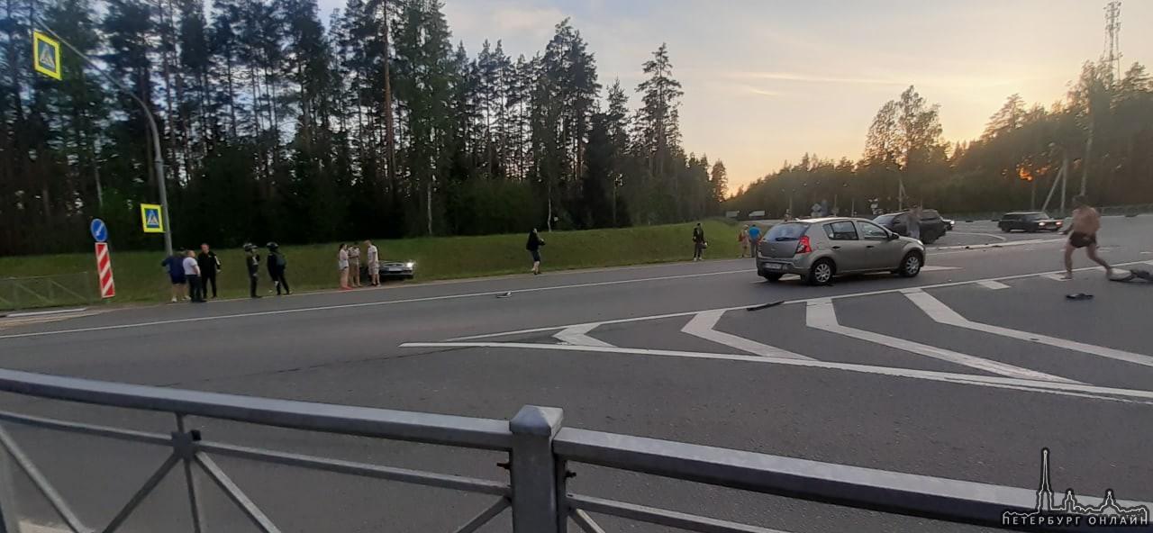 Микра отправила Infiniti в кювет на перекрестке шоссе у Сосново