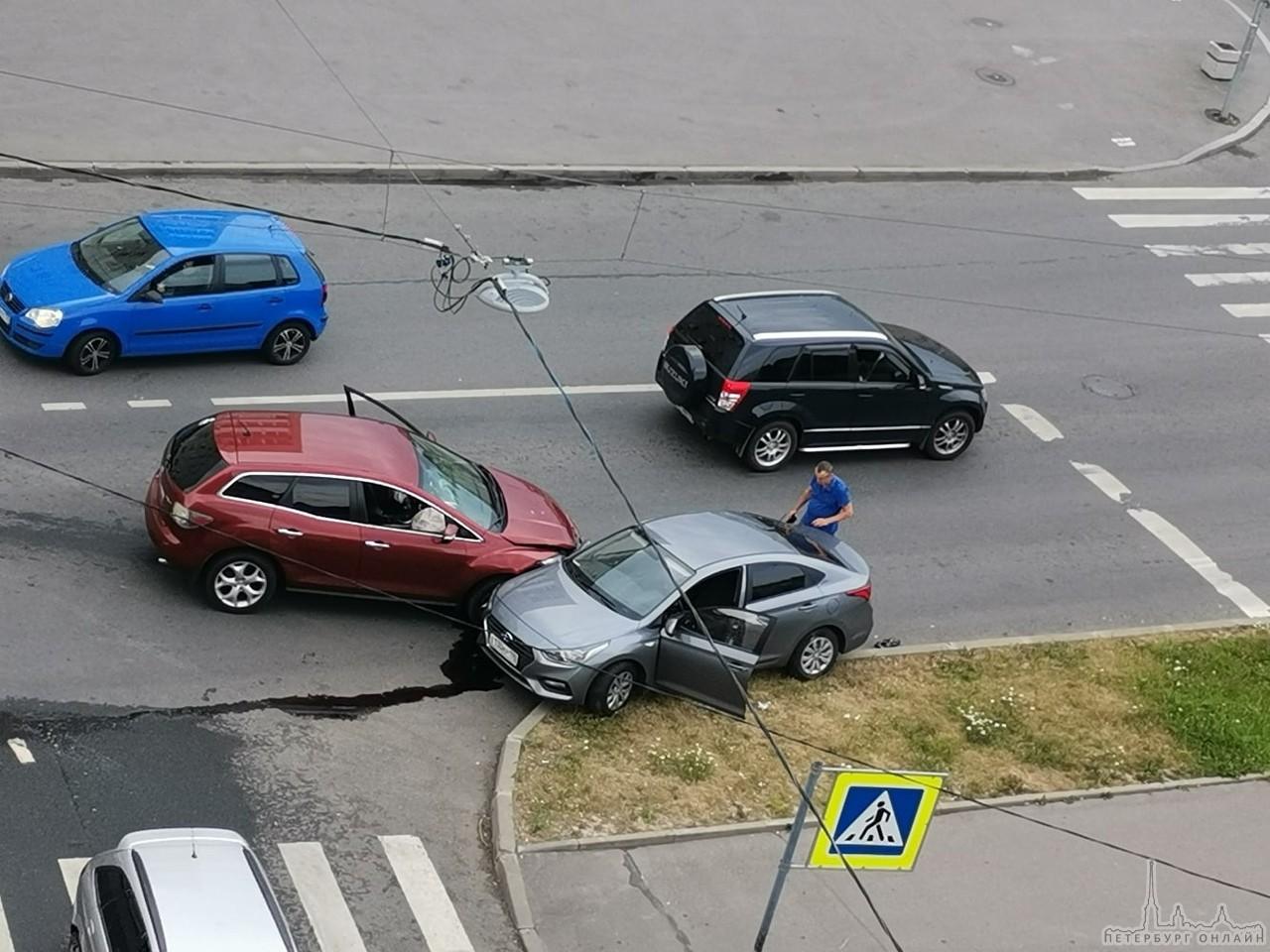 Mazda протаранила Solaris на пересечении Проспекта Ленина и Братьев Радченко
