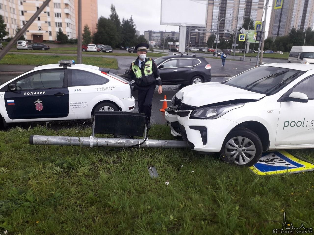 Каршеринговая Киа сбила столб со знаком пешеходного перехода на резделителе перекрёстка Вербной и ...