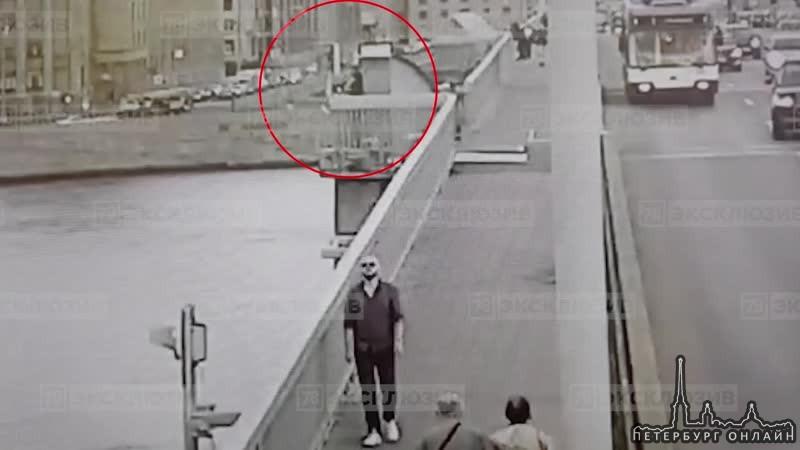 Человек прыгнул в воду с моста Александра Невского. Мужчина сидел на ограде моста, а потом прыгнул в...