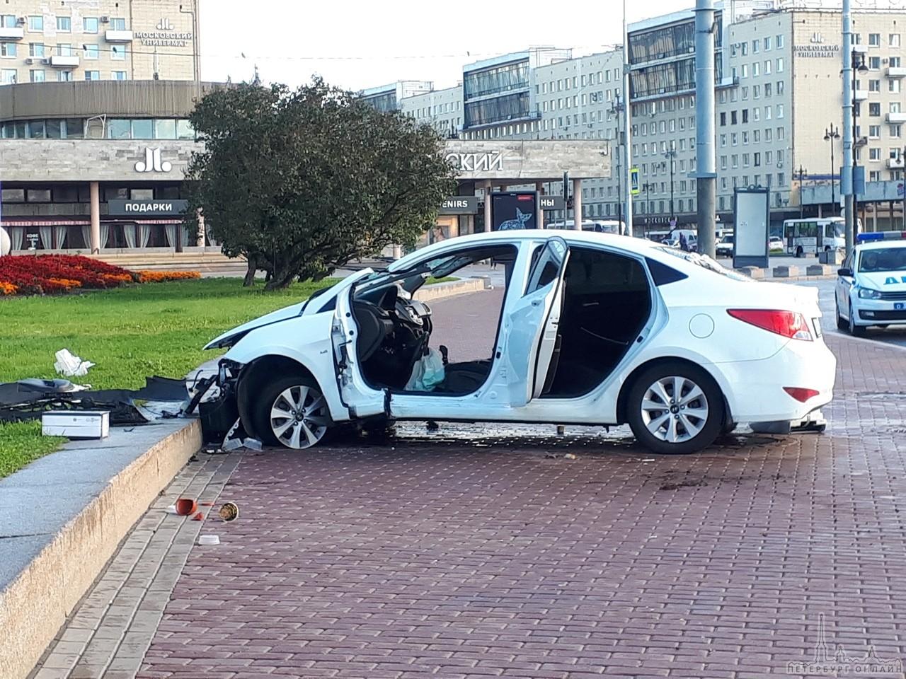 Водитель Соляриса засмотрелся на мемориал Площадь Победы и вылетел с кругового