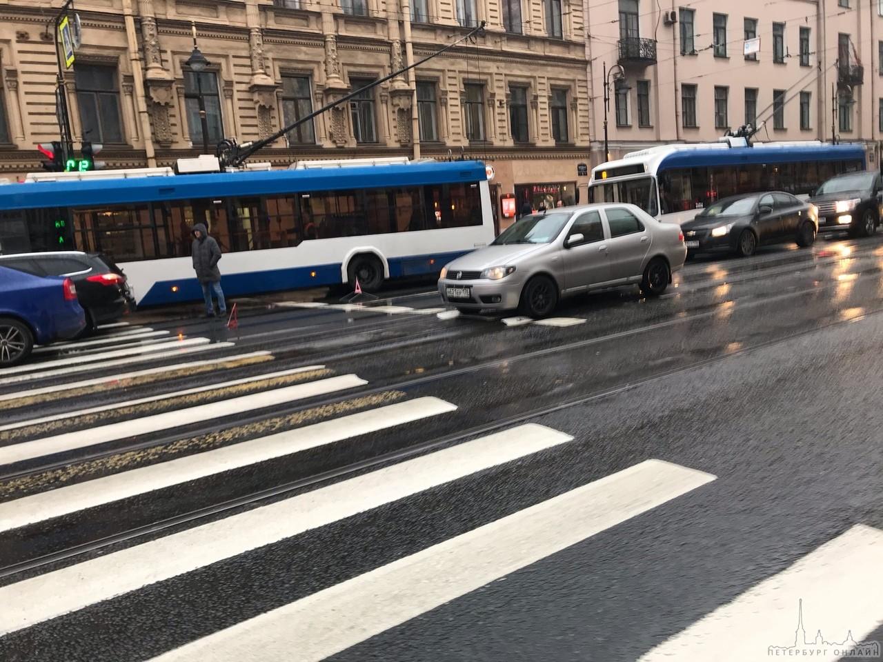 ДТП из 3 автомобилей и троллейбуса на Литейной, перед улицей Чайковского, В сторону Литейного моста...
