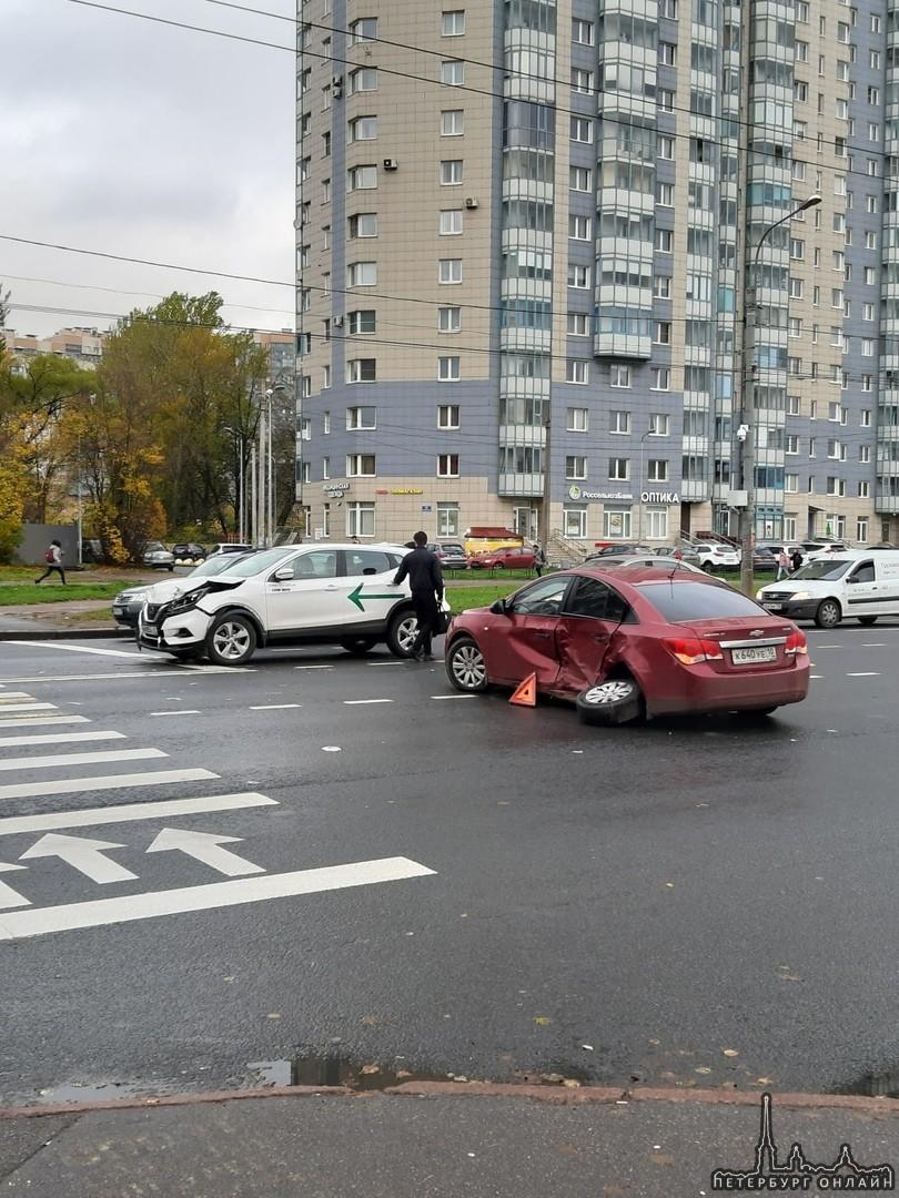 Nissan каршеринга сломал Крузу колесо на перекрёстке Верности и Гражданского, вроде не сильно меша...