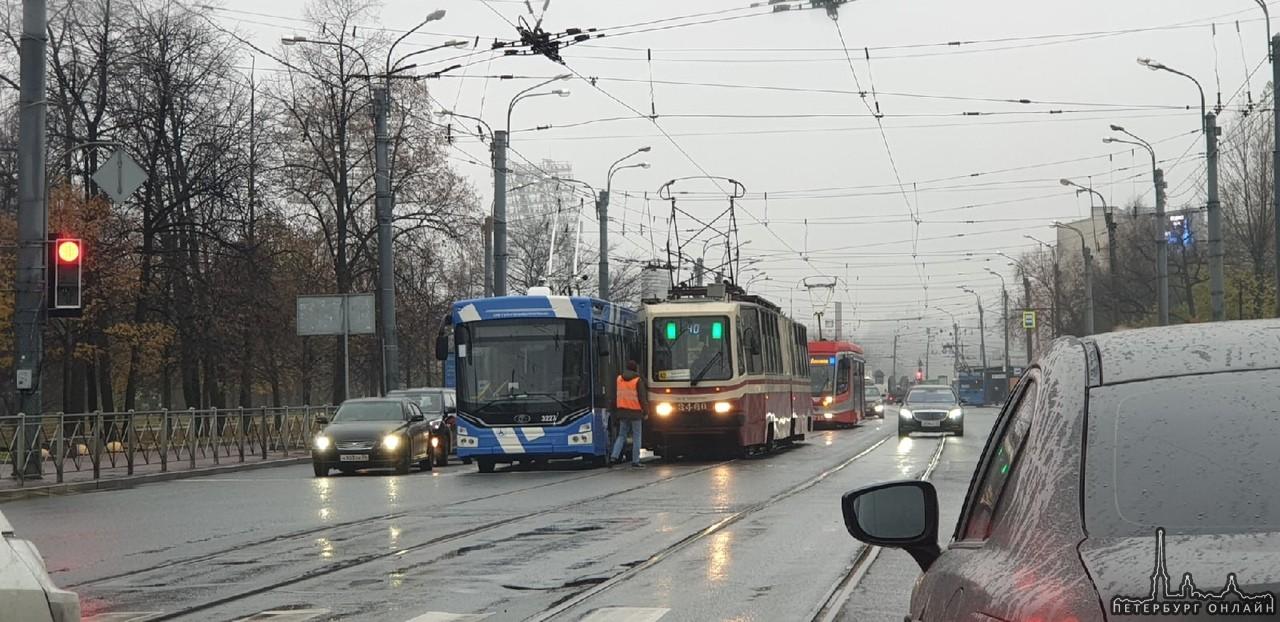 Троллейбус прижался к трамваю на проспекте Добролюбова, перед улицей Сперанского. Коллапс начинает...