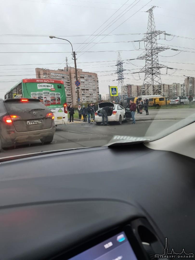 На Маршала Захарова столкнулись легковушка и автобус.