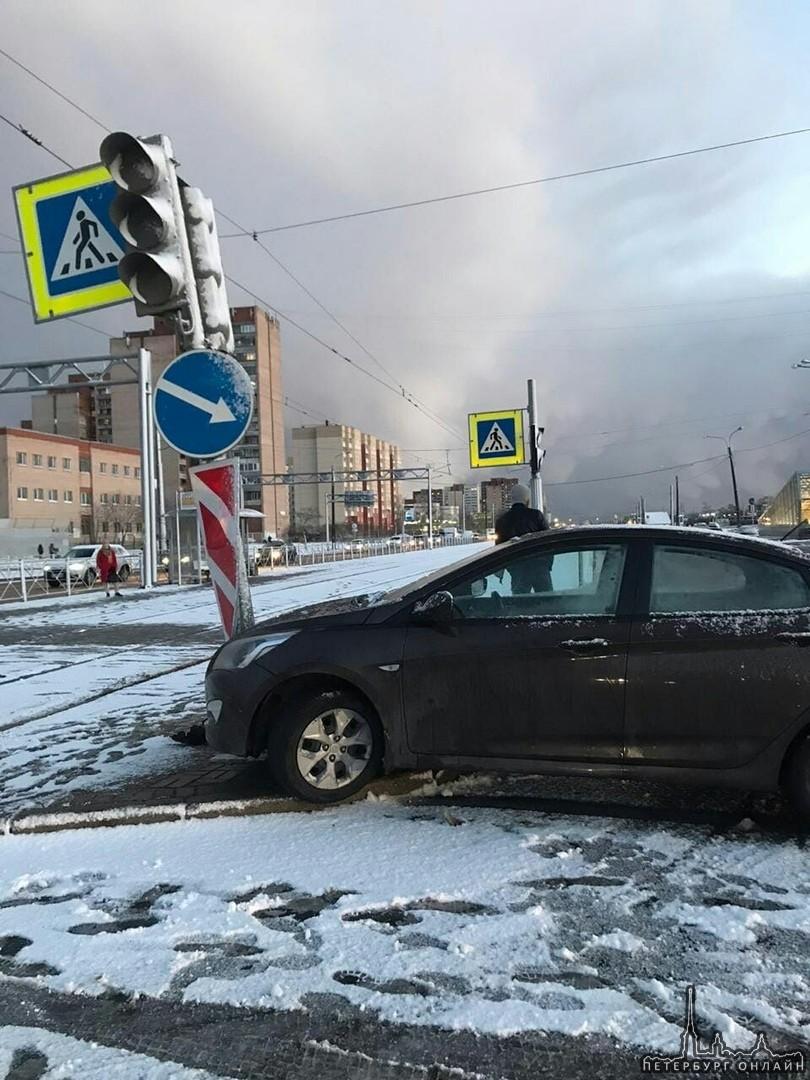 На пересечении Дунайского и Бухарестской примерно в 16 часов водитель Соляриса не справился с управл...