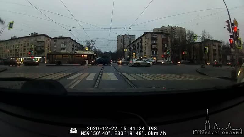 Видео аварии на улице Ленсовета и Орджоникидзе.