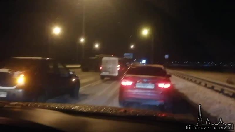 ДТП на Московском шоссе, Газель лежит на боку перекрыв собой левый и средний ряды.