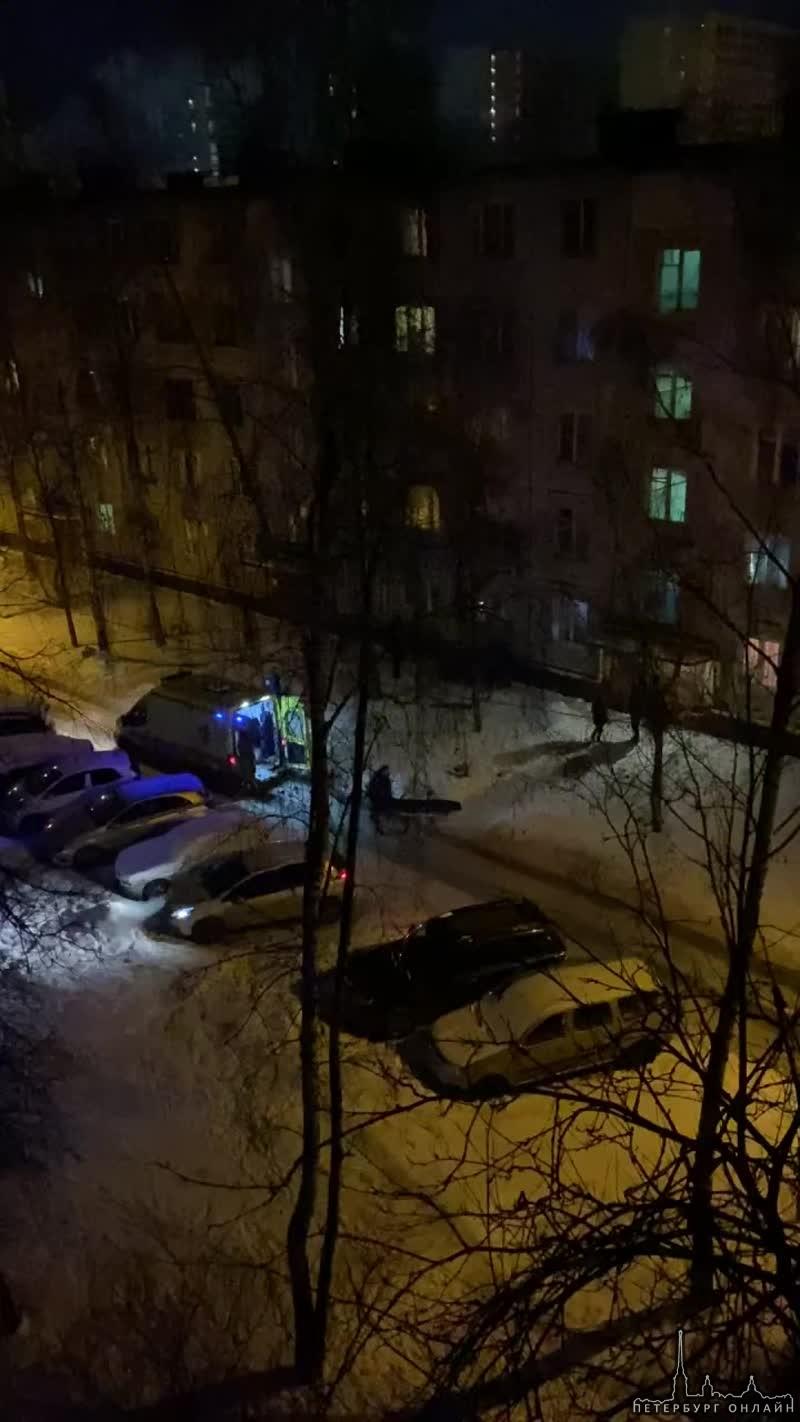 Вчера в 22:10 на Бухарестской из окна дома 19 с 4 этажа выпала девушка на вид 21-22 года. Внизу так...